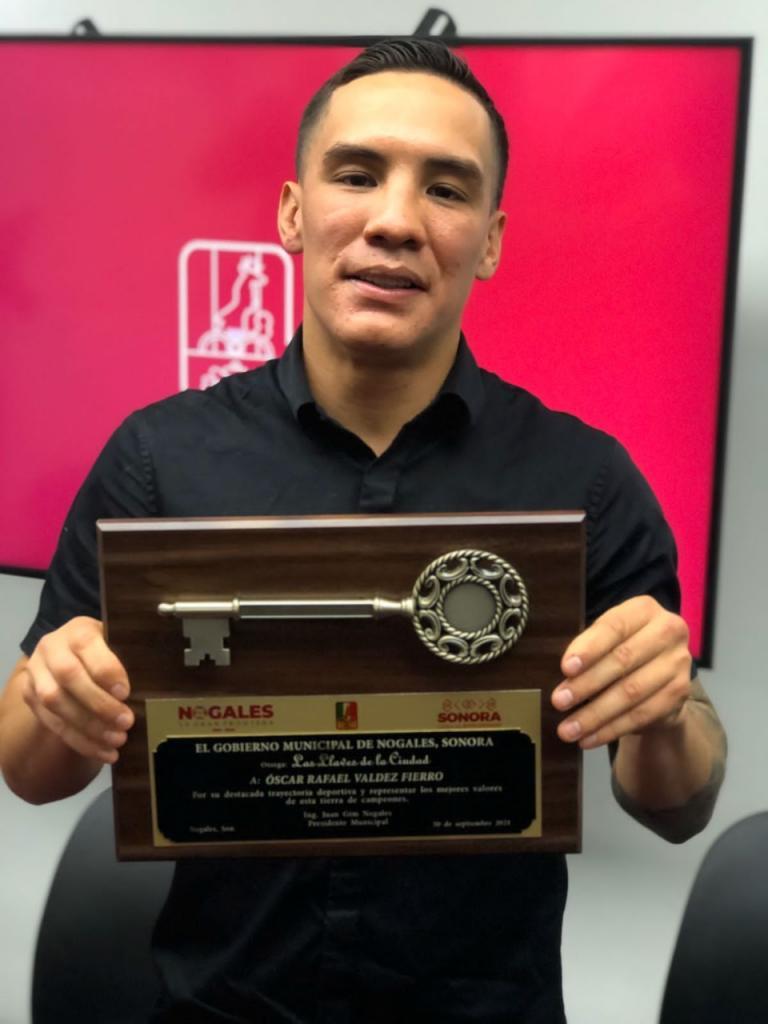 Oscar Valdez is presented with keys to the city of Nogales | Boxen247.com (Kristian von Sponneck)